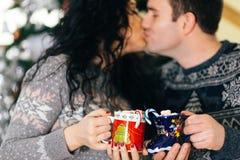 Paar het kussen met de heemstkoppen van de Kerstmis hete chocolade royalty-vrije stock foto