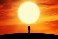 Paar het kussen op de heuvel in zonsondergangtijd Royalty-vrije Stock Foto