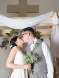 Paar het Kussen op Huwelijksdag Royalty-vrije Stock Foto's
