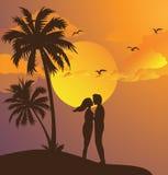 Paar het kussen silhouetzonsondergang op gele de hemelpalm van het strand romantische ogenblik Royalty-vrije Stock Afbeelding