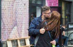 Paar het kussen in Telliskivi-gebied van Tallinn Stock Afbeelding