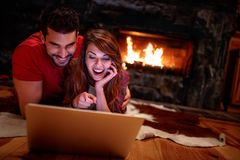 Paar het letten op film op laptop thuis Liefde, technologie, inter Royalty-vrije Stock Afbeelding