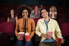 Paar het letten op film in theater royalty-vrije stock foto's