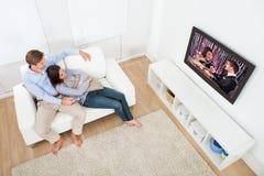 Paar het Letten op Televisie thuis stock foto