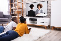 Paar het Letten op Televisie thuis stock fotografie