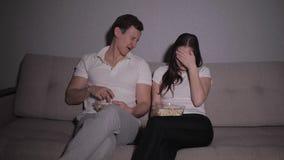 Paar het letten op verschrikkingsmovi stock video