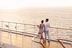 Paar het lopen cruise Stock Afbeeldingen