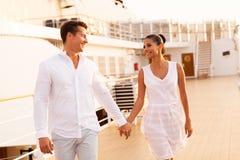 Paar het lopen cruise Royalty-vrije Stock Foto's