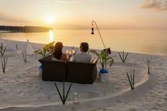 Paar het lounging in de Maldiven stock afbeeldingen