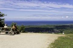 Paar het ontspannen bij de bovenkant van Blauwe Berg in centraal Ontario Stock Foto