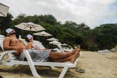 Paar het Ontspannen bij KUUROORD, Tayrona-Strand Colombia 3d zeer mooie driedimensionele illustratie, cijfer L Stock Foto