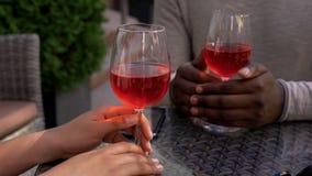 Paar het ontspannen in koffie met wijnglazen op lijst, romantische datum, verhouding royalty-vrije stock foto