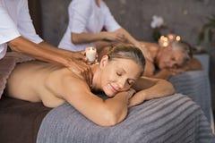 Paar het ontspannen met de massage van de kaarswas stock afbeeldingen