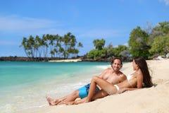 Paar het ontspannen op de vakantievakantie van het bruine kleurstrand stock foto