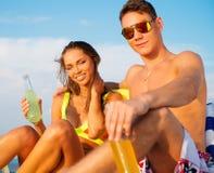 Paar het ontspannen op een strand Stock Afbeelding