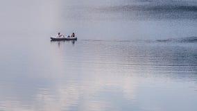 Paar het ontspannen op het meer Royalty-vrije Stock Foto's