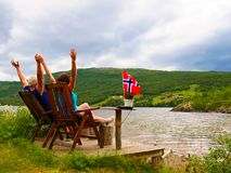 Paar het ontspannen op Noorse fjordkust royalty-vrije stock foto's