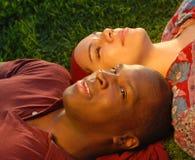 Paar in het park Stock Foto's