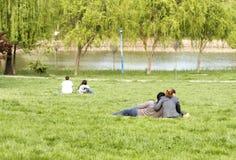 Paar in het park stock fotografie