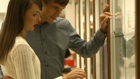 Paar het plukken juweel in juwelen stock video