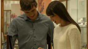 Paar het plukken juweel in juwelen stock footage