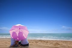 paar het romantische kussen bij het strand Royalty-vrije Stock Afbeeldingen