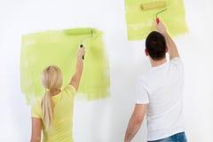 Paar het schilderen muur thuis royalty-vrije stock foto