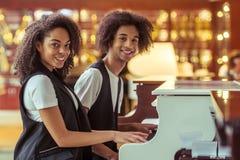 Paar het spelen piano stock foto