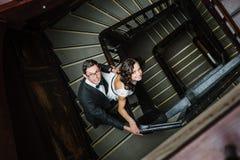 Paar het stellen op trap Stock Foto's