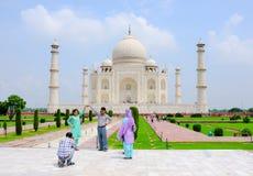 Paar het Stellen in Taj Mahal royalty-vrije stock foto's