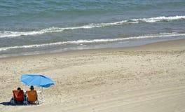 Paar in het strand Royalty-vrije Stock Afbeeldingen