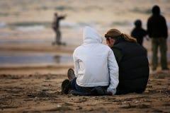 Paar in het strand Stock Foto's