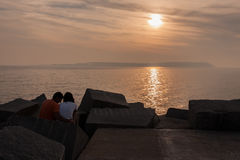 Paar in het Strand Uruguay van Punta del Este Royalty-vrije Stock Afbeeldingen
