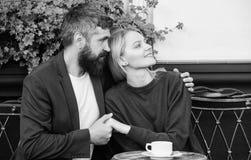 Paar het terras van de geknuffelkoffie Het paar in liefde zit koffieterras geniet van koffie Prettig familieweekend Gehuwde mooi stock afbeelding