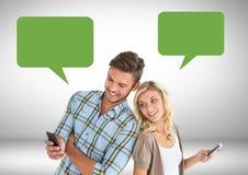 Paar het texting met lege praatjebellen Stock Foto's
