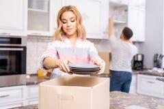 Paar het Uitpakken in Keuken stock foto's