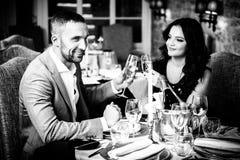 Paar het vieren in restaurant Stock Afbeelding