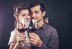 Paar het vieren Valentijnskaartendag die rode wijn drinken stock afbeelding