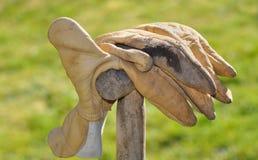 Paar het werkhandschoenen die op spade rusten Stock Afbeeldingen