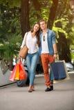 Paar het winkelen en zakgeld in stad stock foto's