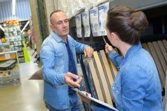Paar het winkelen parket in ijzerhandelwinkel voor bouw royalty-vrije stock afbeeldingen