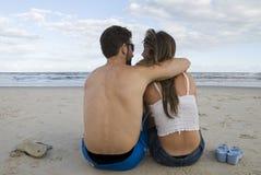 Paar in het Zand Stock Foto's