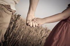 Paar-Holding-Hände stockbilder