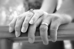 Paar-Holding-Hände stockfotos