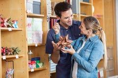 Paar-Holding-Stern-Form-Dekoration im Shop Lizenzfreies Stockbild
