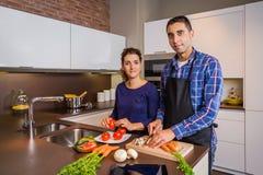 Paar in huiskeuken die gezond voedsel prepairing Stock Foto