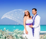Paar in huwelijksdag op strandoverzees Stock Foto