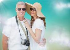 Paar im Sommer kleidet gegen Hintergrund des blauen Grüns mit Wolken und Aufflackern Lizenzfreie Stockfotos