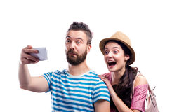 Paar im Sommer kleidet mit dem Smartphone und nimmt selfie Stockfotografie