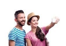 Paar im Sommer kleidet mit dem Smartphone und nimmt selfie Stockfoto